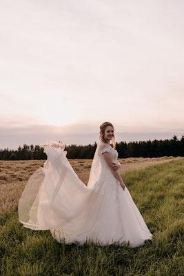 Hochzeitsfotos am Feld zum Sonnenuntergang, Schloss Hof Niederösterreich, Hochzeitsfotograf Cornelia Führer
