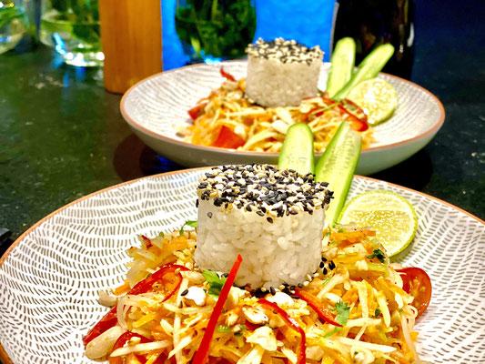 Sesam Sushi Reis, grüne Papaya Salat asiatisch, vor ort im Topf zubereitet und geklopft, Rezepte by_stefan_mueller Instagram Koreander, Thai Basilikum