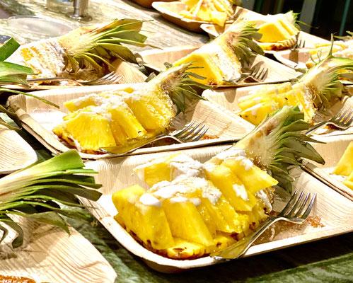 Coco Pina, Ananas Dessert mit Kokosnuss Schaum und Kokos-flocken