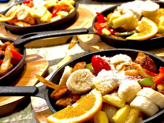 Fajitas Plausch, Coconut Banana Chicken Fajitas, in heisser Pfanne Serviert Tortilla, fein mexikanisch