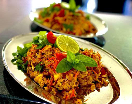Minced Pork Salad Thai, thailändischer lauwarmer Schweinefleisch salat mit frischer Pfefferminz im Papaytopf zerstossen und zubereitet.