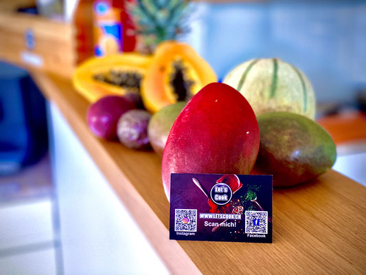 Frische Zutaten für den exotischen Fruchtsalat mit Pfefferminz und Passionsfrucht...