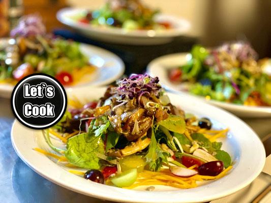 Herbstsalat mit Steinpilzen, Kürbis, Sprossen und Trauben an Trüffeldressing...lecker...