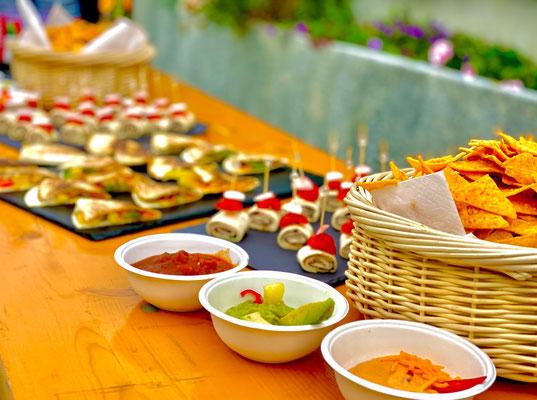 Kleiner Apero Snack mit Hausgemachter Guacamole, Pico Di Gallo Sauce und Cheesesauce...Wraps- Häppchen und grillierte Quesadillas