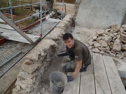 Enlèvement des vieux bois et nettoyage du mur