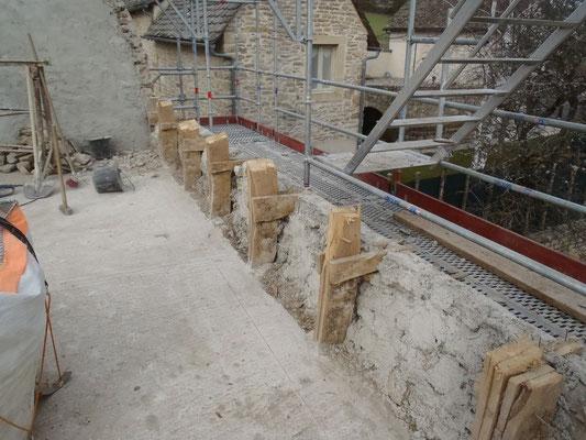 Vieux pieds d'arceaux et sablière pris dans le mur