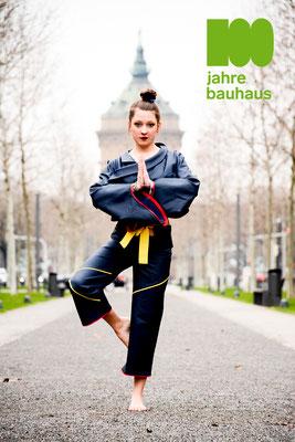 Anfertigen eines ungefütterten Hosenanzuges zum Thema »Asien + Bauhaus« bestehend aus einer modifzierten Hose und einer weiten Jacke mit Kragen- und Verschlussvariation. Bild: Emilie, 2. Klasse Modedesign.