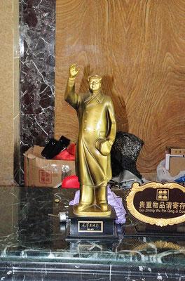 Autre représentation de Mao à l'entrée du même hôtel d'une petite ville du Xishuangbanna (Yunnan), Chine 2017 ©AYMERICH Michel
