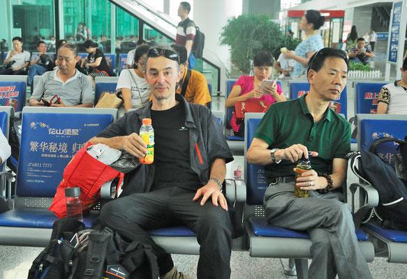 Dans la salle d'attente, je suis le seul occidental... A la gare de Hefei (ANHUI) ©Michel AYMERICH