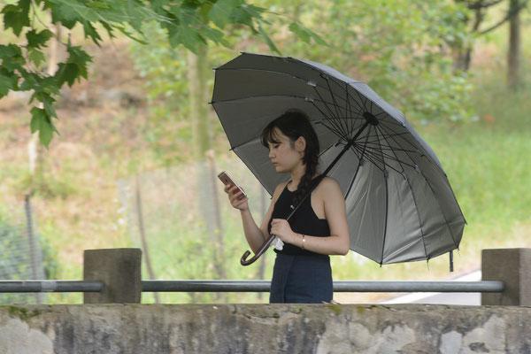 La jeune fille au parapluie en guise d'ombrelle.  Xuancheng (ANHUI)  ©Michel AYMERICH