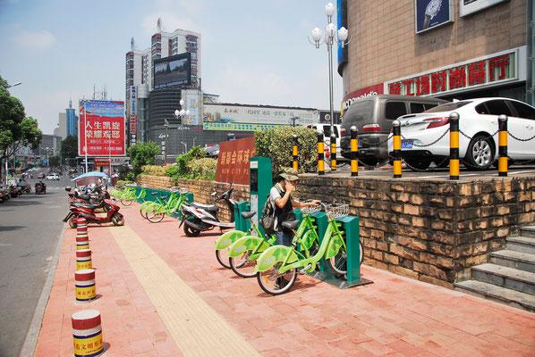De plus en plus de municipalités comme ici à Xuancheng proposent de pouvoir rouler en vélo...  ©Michel AYMERICH