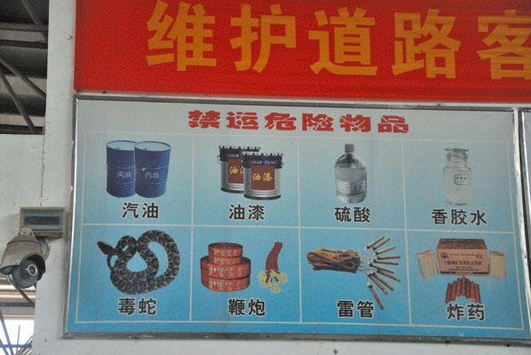 Ce qu'il est interdit d'emporter dans les transports en commun. On est en Chine, donc les serpents sont mentionnés! ©Michel AYMERICH