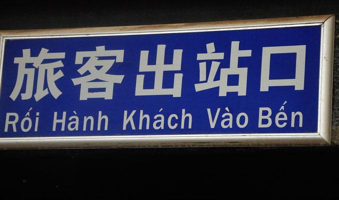 Panneau d'indication en chinois et en vietnamien. Sud du Guangxi, Chine 2017 ©AYMERICH Michel