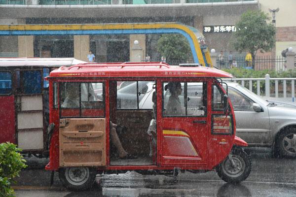 Parfois, c'est une femme qui conduit ce moyen de transport à Liuzhou (région autonome Zhuang du Guangxi) ©Michel AYMERICH