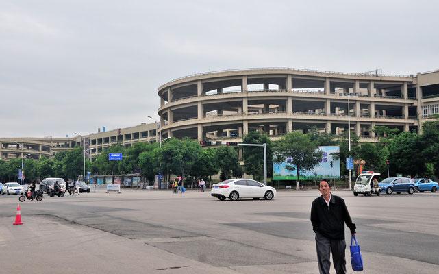 Vue de gauche d'un immense parking à Kunming (Yunnan), Chine 2017 ©AYMERICH Michel
