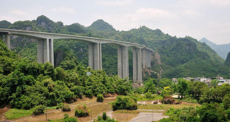 Pont dans les montagnes du sud du Guangxi, Chine 2017 ©AYMERICH Michel