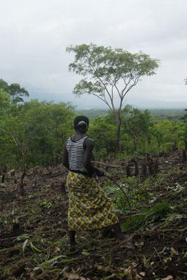 Jeune fille sur le terrain que son père occupe et sur lequel il pratique le brûlis © Michel Aymerich