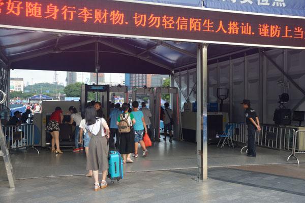 Pour prendre un car reliant une ville à une autre ou pour prendre le train, il faut passer ses bagages au scanner... Ici pour prendre le train à la gare de Guangzhou  (GUANGDONG) ©Michel AYMERICH