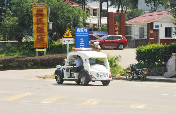 La police assure la sécurité dans la petite aglomération qui jouxte la réserve naturelle de Wuyishan ©Michel AYMERICH