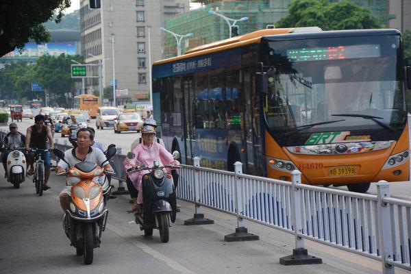 Liuzhou (région autonome Zhuang du Guangxi). Une large piste cyclable ! ©Michel AYMERICH