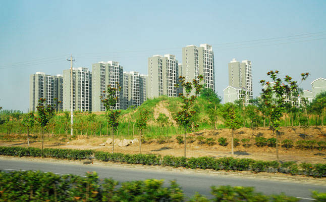 Les buildings se sont multipliés dans ou autour des villes, comme ici à Lu'an (ANHUI)... ©Michel AYMERICH