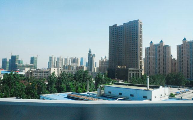 Des buildings et de nouveaux en construction, comme partout dans les villes en Chine ©Michel AYMERICH