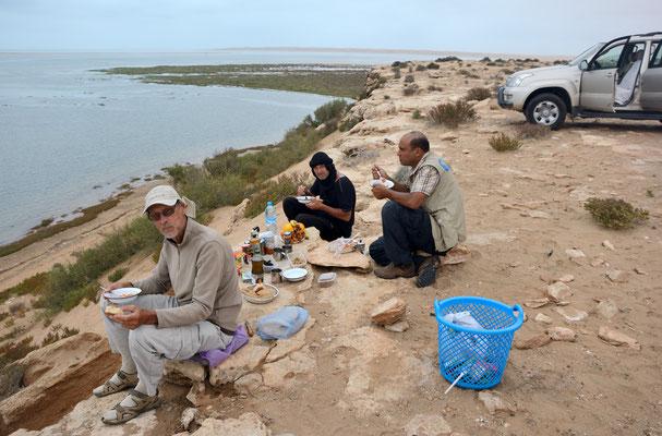 Pause repas à la Lagune de Khnifiss (Parc national de Naïla) ©Michel AYMERICH