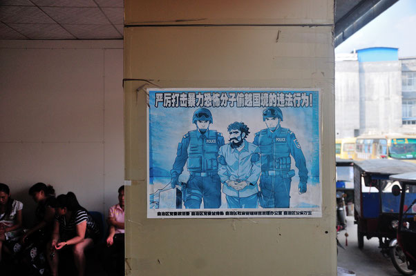 Dans une gare routière, une affiche dénonce le terrorisme islamique. Province du Yunnan, Chine 2017 ©AYMERICH Michel