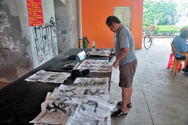 Cet homme s'essaie à la calligraphie. Kunming (Yunnan), Chine 2017 ©AYMERICH Michel