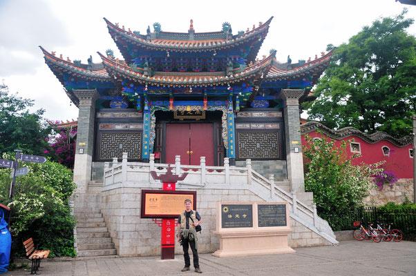 Je me fais photographier. Quartier des pagodes à Kunming (Yunnan), Chine 2017 ©AYMERICH Michel