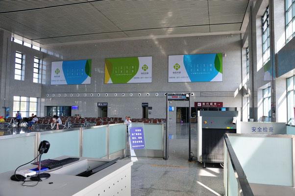 Pour prévenir les actes de terrorisme, les scanners et les portiques de détection des métaux sont mis en place, comme dans toutes les gaes, dans cette nouvelle gare du Guangxi, Chine 2017 ©AYMERICH Michel