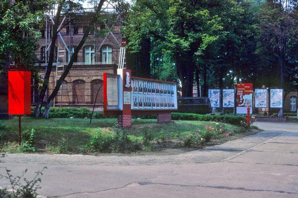 Intérieur d'une caserne soviétique photographiée à travers les grilles! Sur les photos, les membres du Politburo du PCUS... © Michel Aymerich