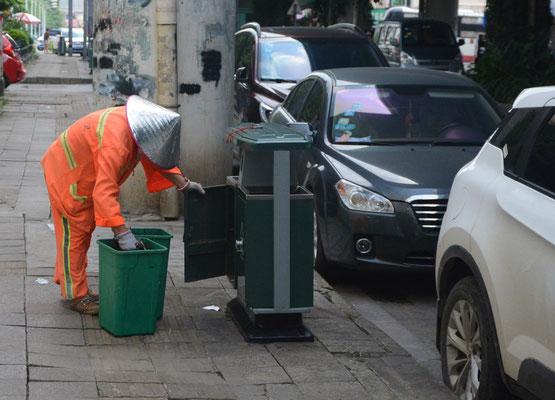 Liuzhou (région autonome Zhuang du Guangxi). Le sens pratique chinois: ici une armoire pour les poubelles... ©Michel AYMERICH