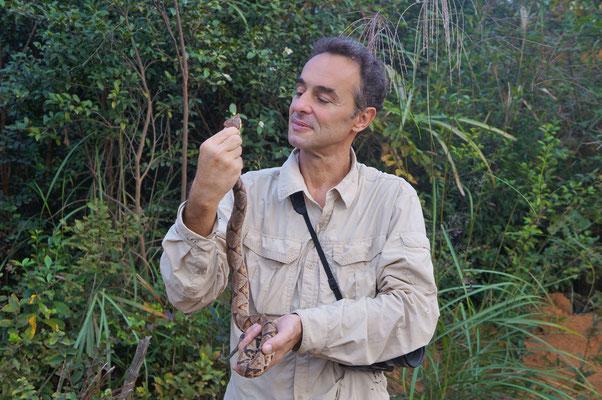 Le photographe se fait photographier avec une  Deinagkistrodon acutus. Venomous! Octobre 2012 ©Chen Xinghe/Michel AYMERICH