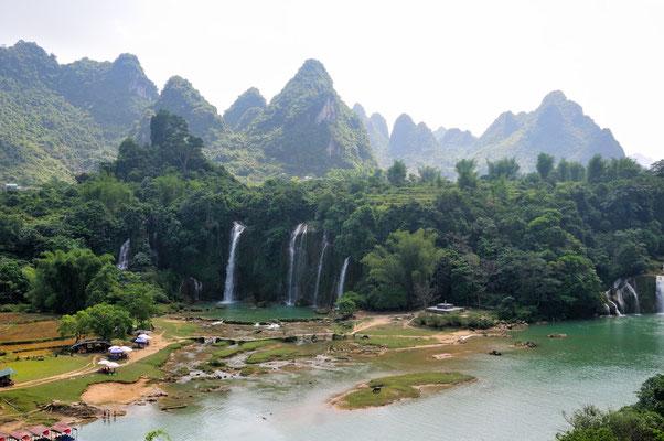 Province du Guangxi, à la frontière avec le Viet-Nam (en face, séparé par la rivière) Chine 2017 ©AYMERICH Michel
