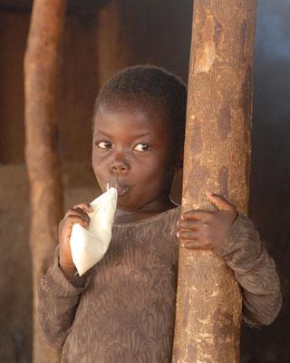 Petite fille à Komodou. Haute Guinée 2012 @Michel AYMERICH