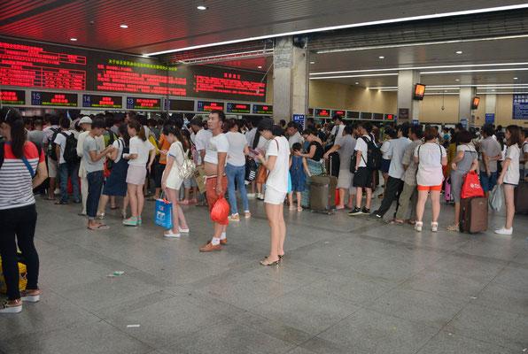 File d'attente pour prendre son billet de train à Liuzhou (région autonome Zhuang du Guangxi). ©Michel AYMERICH
