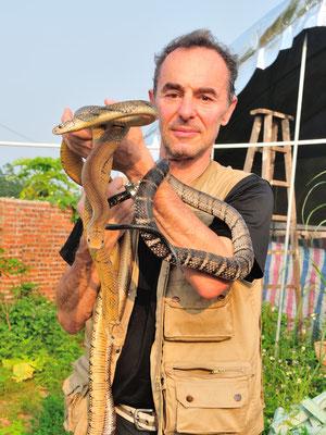 """Avec des cobras royaux """"apprivoisés"""".  Sud de Nanning. Province du Guangxi, Chine 2017 ©AYMERICH Michel"""