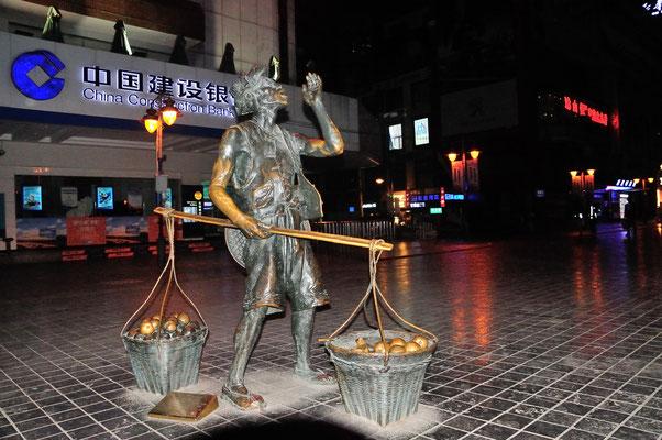 Le passé récent est illustré dans cette sculpture... A Kunming (Yunnan), Chine 2017 ©AYMERICH Michel