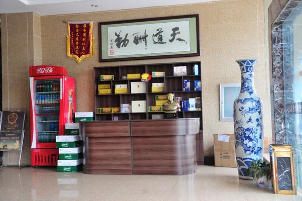 Buste de Mao à l'entrée d'un hôtel dans une petite ville du Xishuangbanna (Yunnan), Chine 2017 ©AYMERICH Michel