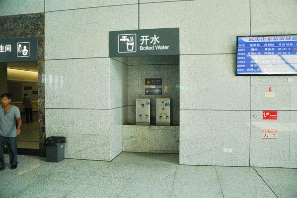 Les Chinois ont l'occasion de prendre de l'eau chaude à la gare pour boire du thé pendant l'attente et lors du trajet ©Michel AYMERICH