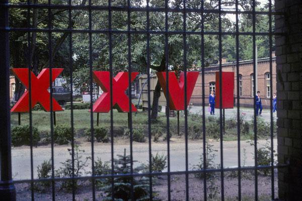 Intérieur d'une caserne soviétique. Les chiffres en rouge correspondent au XXVI  Congrès du PCUS ... © Michel Aymerich