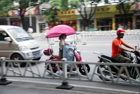 De nombreux Chinois(e)s se protègent du soleil ©Michel AYMERICH