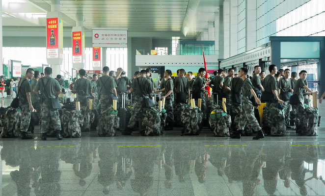 """Des militaires, dont la devise pourrait être: """"Qui s'y frotte, s'y pique!""""  A la gare de Hefei (ANHUI) ©Michel AYMERICH"""