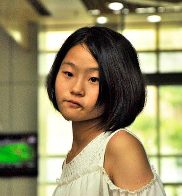 Un autre visage qui ne m'a pas laissé indifférent, alors que j'attendais le train dans la salle d'attente de la gare de Guangzhou (GUANGDONG) ©Michel AYMERICH