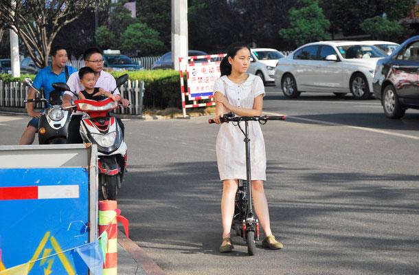 Jeune fille sur un véhicule électique à Xuancheng  (ANHUI) ©Michel AYMERICH