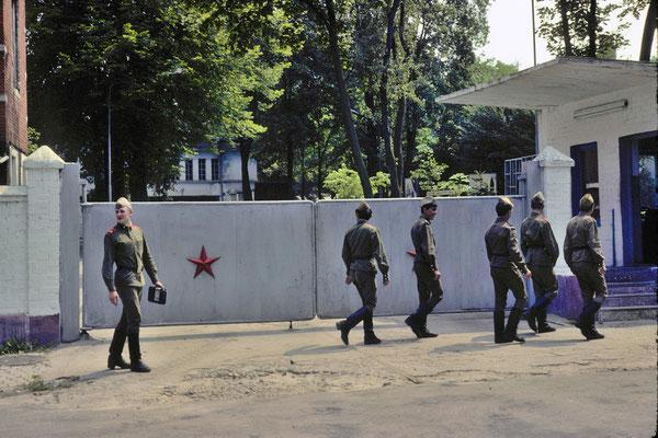 Soldats soviétiques rentrant dans leur caserne © Michel Aymerich