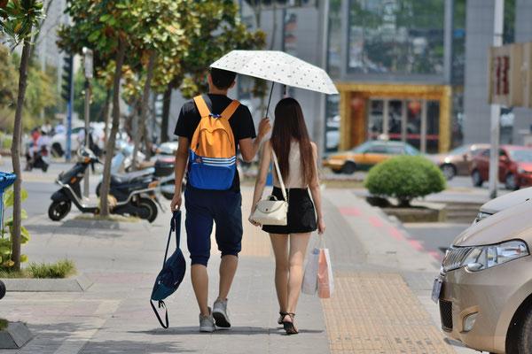 Couple se protégeant du soleil... ©Michel AYMERICH