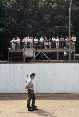 """Partie du """"mur"""" vue de l'Est, au niveau de la Porte de Brandebourg. De l'autre côté, des habitants de l'Ouest observent. En avant plan deux gardes-frontières... © Michel Aymerich"""