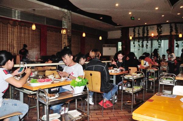 Les jeunes sont nombreux à fréquenter des restaurants (où l'on mange si bien!). A Kunming (Yunnan), Chine 2017 ©AYMERICH Michel